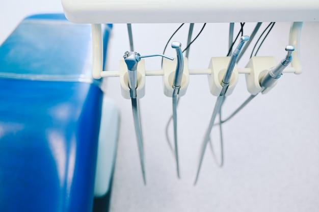 Verschillende professionele tandheelkundige apparatuur, instrumenten en gereedschappen in een tandartsen stomatologie kantoor kliniek. Premium Foto