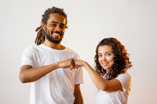 Verschillende raciale mensen vuist stoten Gratis Foto