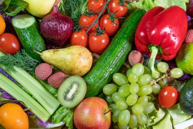 Verschillende rauwe groenten en fruit achtergrond. Premium Foto