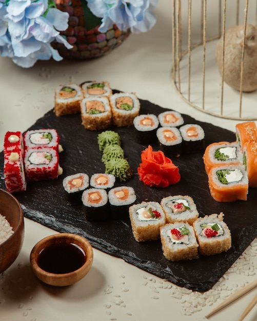 Verschillende set sushi rollen Gratis Foto