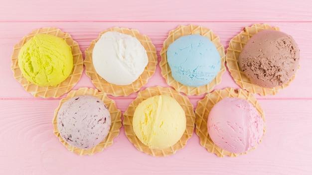 Verschillende smaak ijs op ronde wafels Gratis Foto