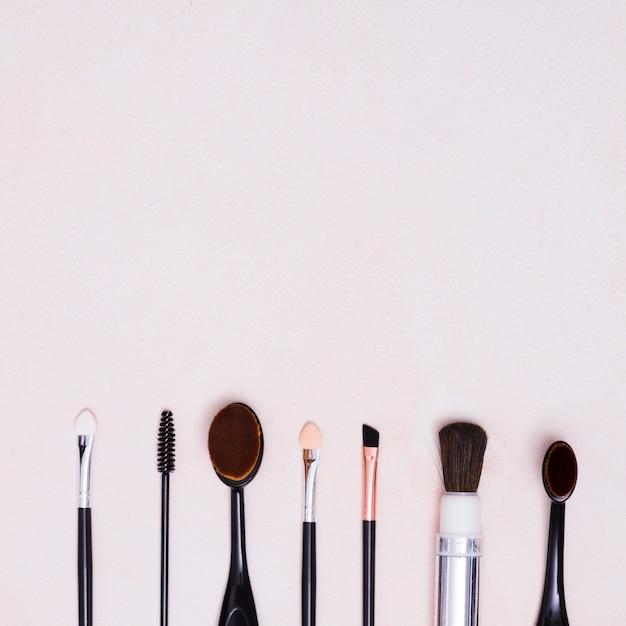 Verschillende soorten borstels in rij met kopie ruimte op witte achtergrond Gratis Foto