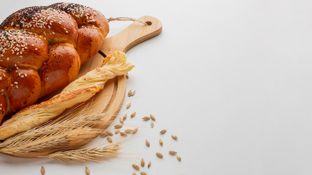 Verschillende soorten brood op een houten bord Gratis Foto