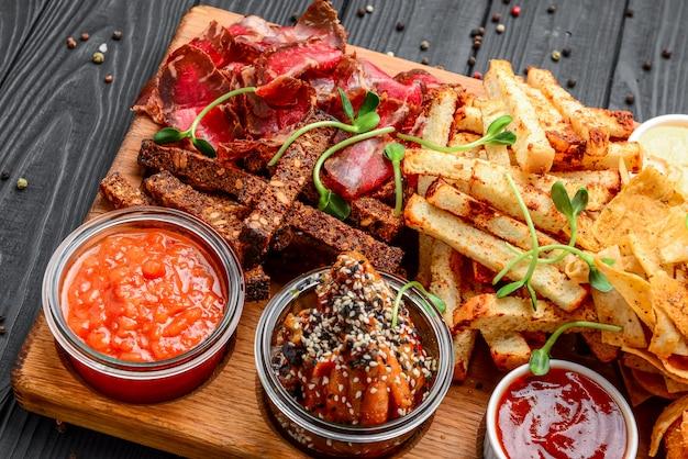 Verschillende soorten gefrituurde snacks, croutons, vlees Premium Foto