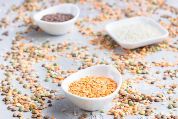 Verschillende soorten granen granen in witte keramische kommen Premium Foto