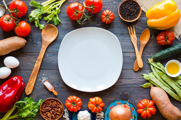 Verschillende soorten groenten, op een oude houten tafel Premium Foto