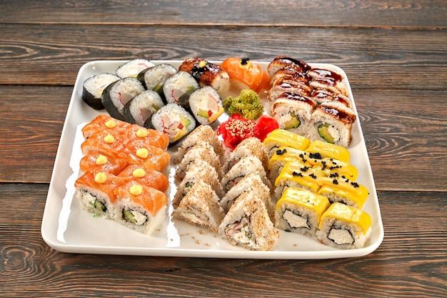 Verschillende soorten japanse sushi op witte plaat. Premium Foto