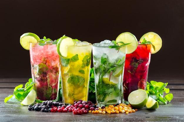 Verschillende soorten mojito-cocktail op donkerbruin Premium Foto