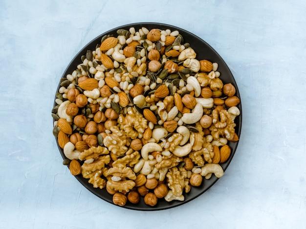 Verschillende soorten noten. cashewnoten, hazelnoot, amandel, walnoot, ceder. Premium Foto