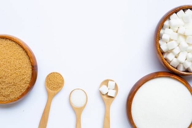 Verschillende soorten suiker op wit Premium Foto