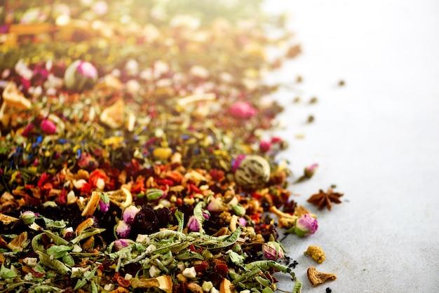 Verschillende soorten thee: groen, zwart, bloemen, kruiden, mint, melissa, roos, hibiscus, korenbloem. Premium Foto