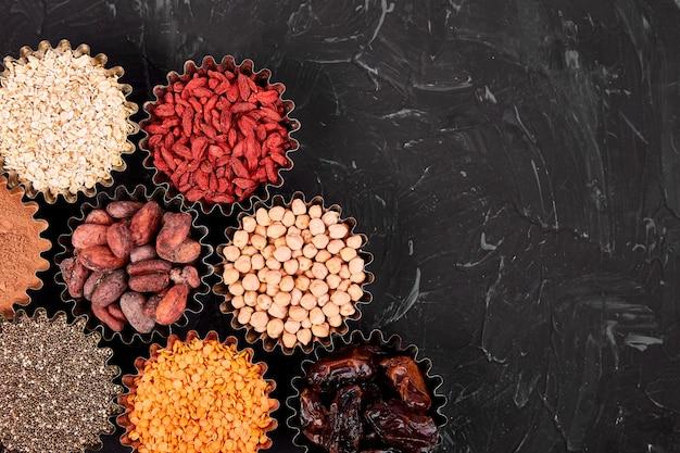 Verschillende superfoods in kleine kommen Premium Foto