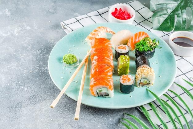 Verschillende sushi gemengde set Premium Foto