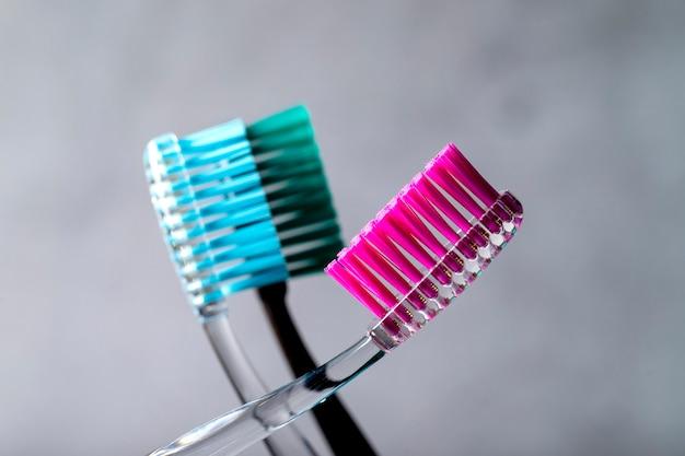 Verschillende tandenborstels close-up op een grijze achtergrond. Premium Foto