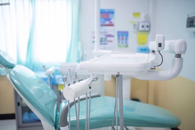 Verschillende tandinstrumenten en hulpmiddelen in een tandartsenkantoor Premium Foto