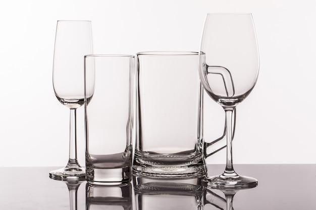 Verschillende transparante glazen voor drankjes Gratis Foto