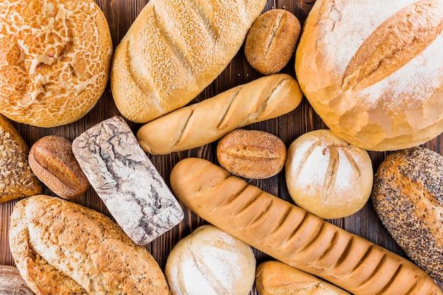 Verschillende vers gebakken brood op tafel Premium Foto