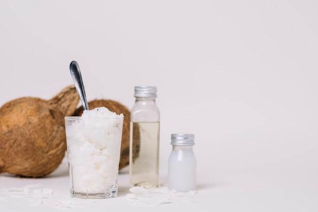 Verschillende vormen van kokosolie met kopie-ruimte Gratis Foto