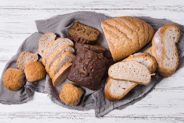 Verschillende witte en volkoren brood bovenaanzicht Gratis Foto