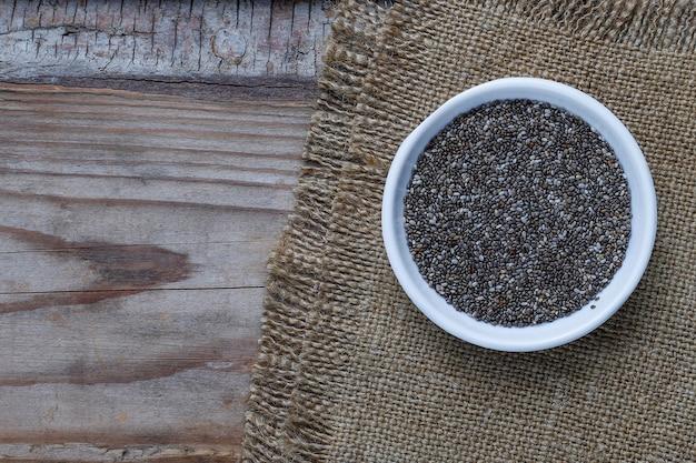 Verschillende zaden - sesam, lijnzaad, lijnzaad, pompoenpitten, papaver, chia in kommen op een rustieke. kopiëren. Gratis Foto