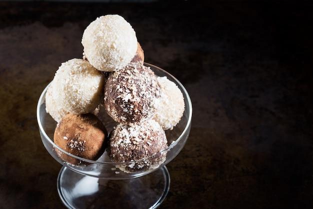 Verschillende zelfgemaakte rauwe veganistische truffels of energie ballen Premium Foto