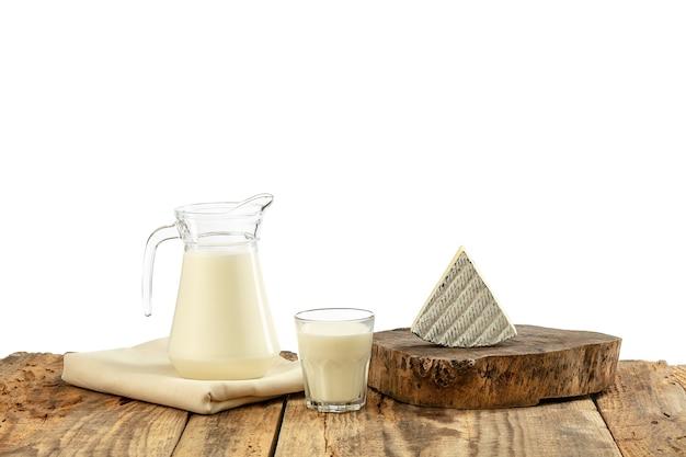 Verschillende zuivelproducten, kaas, room, melk op houten tafel en witte muur. gezond eten en levensstijl, biologische natuurlijke voeding, dieet. heerlijk eten en drinken. Gratis Foto