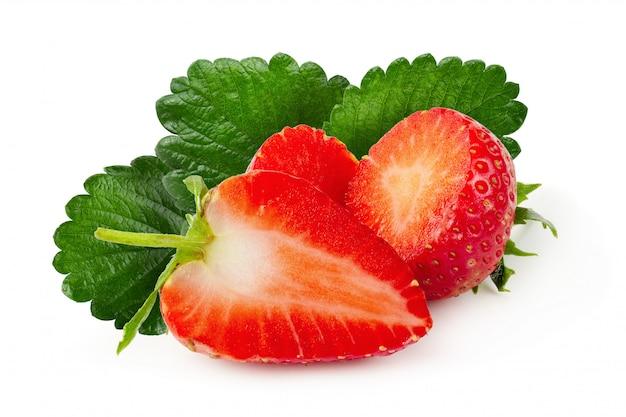 Verse aardbeien die over een witte achtergrond worden geïsoleerd Premium Foto