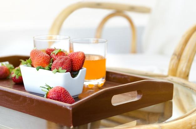 Verse aardbeien op houten dienblad Premium Foto