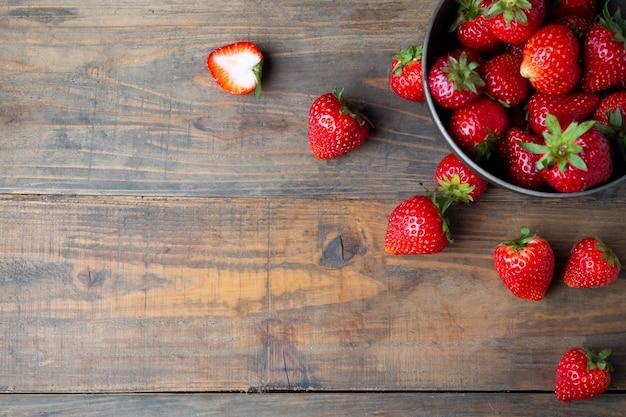 Verse aardbeien op houten tafel. Gratis Foto