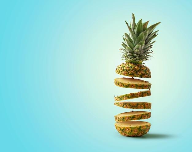 Verse ananas in plakjes gesneden vliegen Premium Foto
