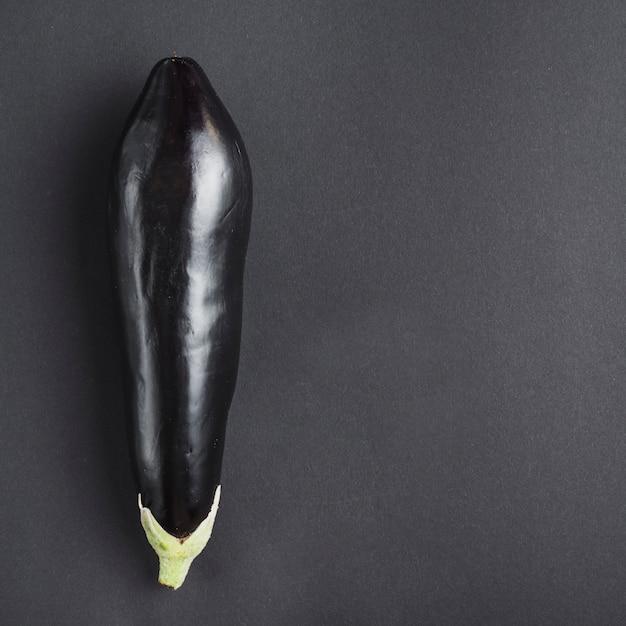 Verse aubergine op grijze achtergrond Gratis Foto