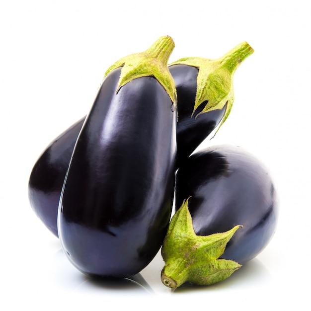 Verse aubergine op witte achtergrond Premium Foto