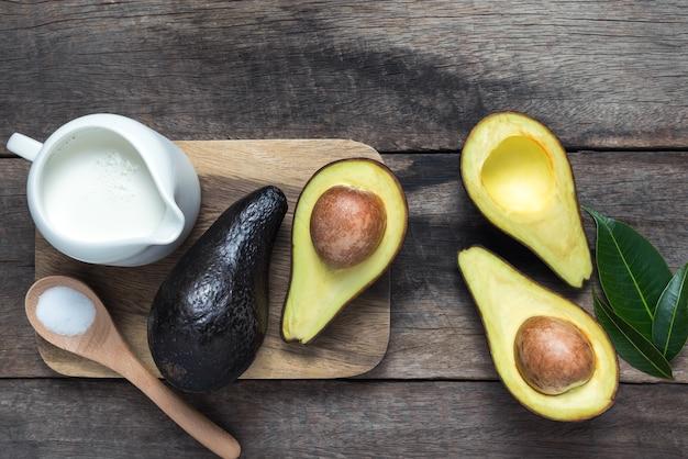 Verse biologische avocado op oude houten tafel foto premium