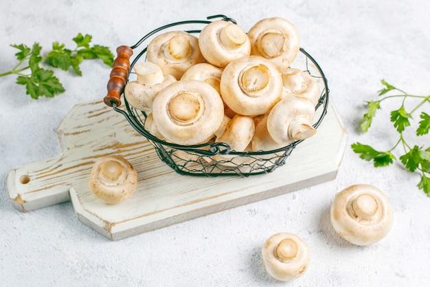 Verse biologische champignons met witte champignons Gratis Foto