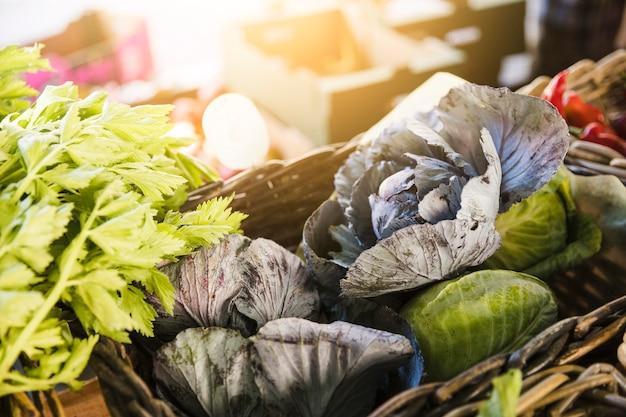 Verse biologische groenten op boerenmarkt Gratis Foto