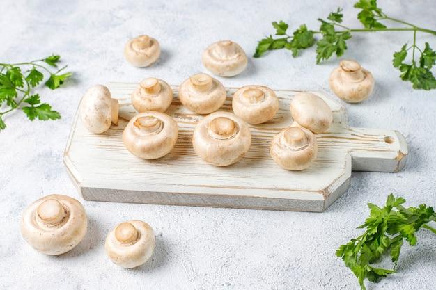 Verse biologische witte champignons champignon, bovenaanzicht Gratis Foto