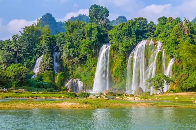 Verse blauwe natuurkust waterval rivier Gratis Foto