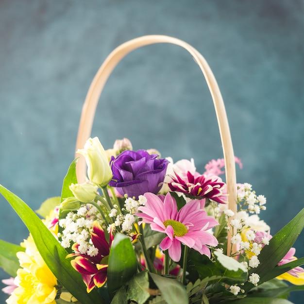 Verse bloemenbos dat in rieten mand wordt geplaatst Gratis Foto