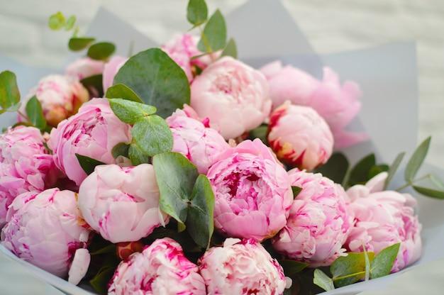 Verse bloemenkaart met copyspace. bloemen met plaats voor tekst. Premium Foto