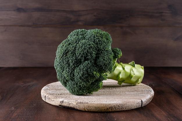 Verse broccoli op snijplank op tafel Gratis Foto