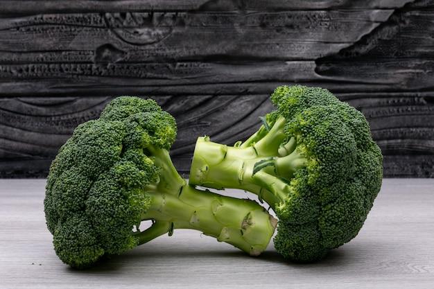 Verse broccoli op witte houten tafel Gratis Foto
