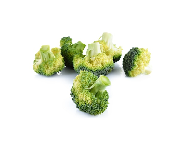 Verse brocoli op witte muur Premium Foto