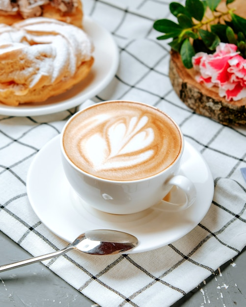 Verse cappuccino op de tafel Gratis Foto