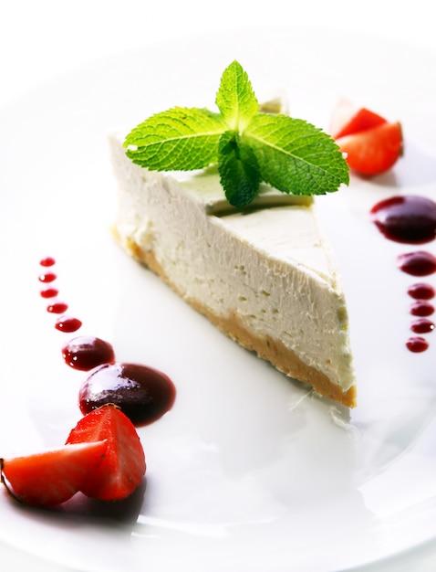 Verse cheesecake geserveerd met munt Gratis Foto