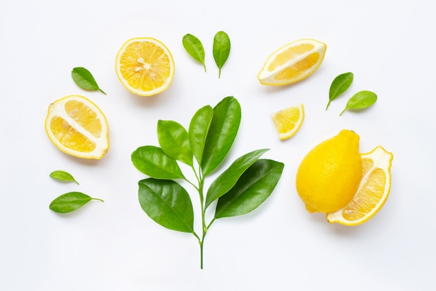 Verse citroen met bladeren die op wit worden geïsoleerd Premium Foto