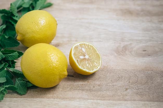 Verse citroenen op tafel Premium Foto