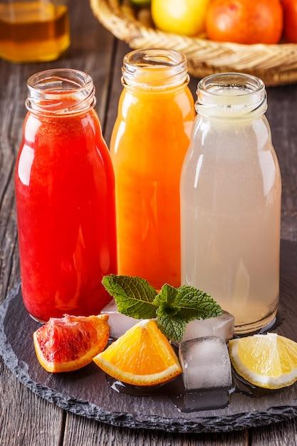 Verse citroensappen in glazen flessen Premium Foto