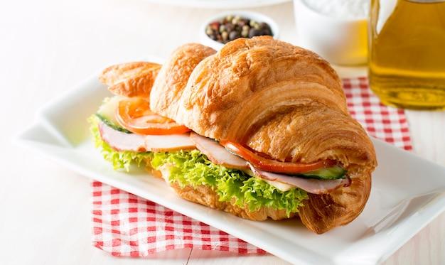 Verse croissant met ham. Premium Foto