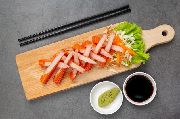 Verse dia's van krabsticks met wasabi en saus Gratis Foto