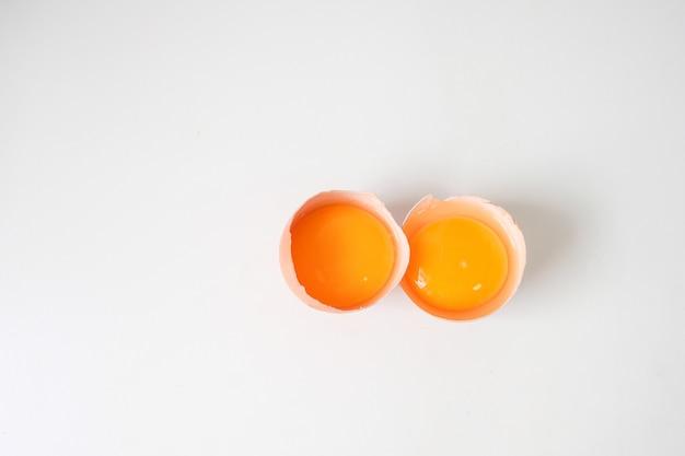Verse eieren van de boerderij geplaatst houten tafel Premium Foto